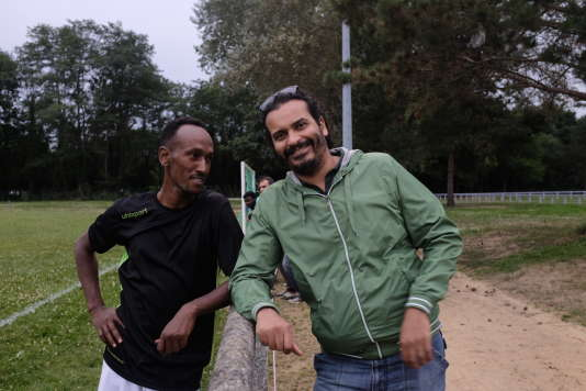 Adel El-Kordi et Hassan, un réfugié érythréen, à Vichy en octobre2017.