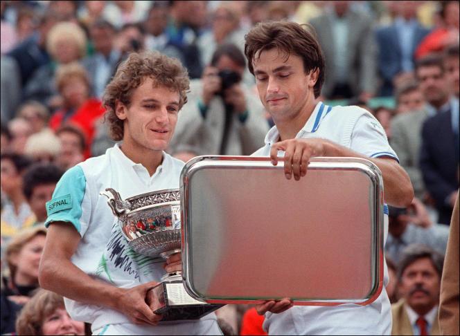 Mats Wilander (à gauche) et Henri Leconte lors de la remise des trophées, le 5 juin 1988 à Roland-Garros