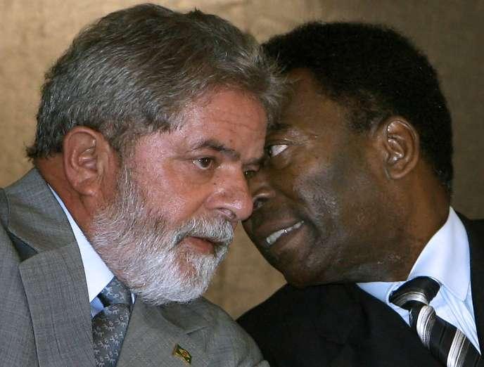 En février 2018, le président brésilien Luiz Inacio Lula da Silva (à gauche) aux côtés de la légende du football Edson Arantes do Nascimento, dit «Pelé».