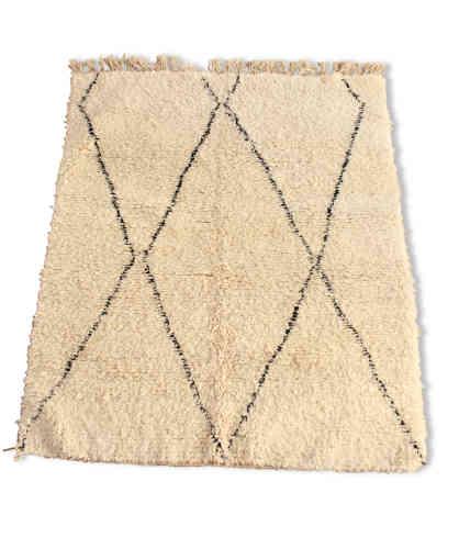 Tapis Beni Ouarain : comme un tatouage posé au sol, les tapis Beni Ouarain sont des tapis marocains blancs en laine décorés de formes géométriques en losanges noirs, dont aucun ne ressemble à un autre. Ces tapis kilim et berbère se distinguent par leur grande taille et la qualité de leur laine, dont la plupart est tirée des élevages de moutons de l'Atlas.