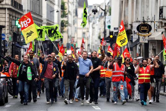 Des employés de la SNCF se dirigent en cortège vers le Sénat, à Paris, le 29 mai.