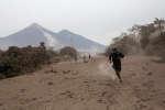 Dimanche 3 juin, le volcán de Fuego a projetté des colonnes de cendres qui ont enseveli les environs. Environ 1,7 million de personnes sont touchées par la catastrophe.