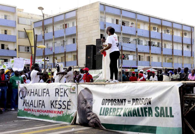 Des partisans du maire de Dakar, Khalifa Sall, manifestent pour demander sa libération le 28 octobre2017, dans la capitale.
