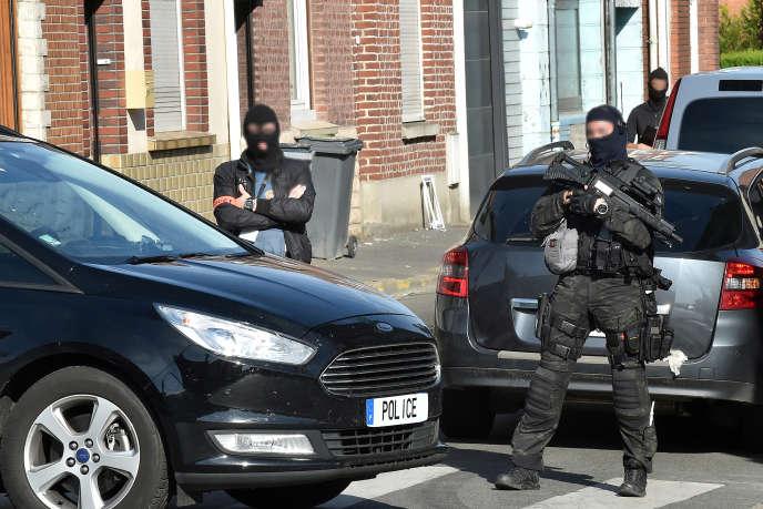Des policiers antiterroristes et de la DGSI patrouillent dans une rue de Wattignies (Nord), après l'arrestation d'un homme lors d'une opération antiterroriste franco-belge, le 5 juillet 2017.