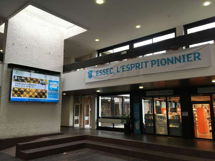 Le hall d'entrée de l'Essec, à Cergy-Pontoise.