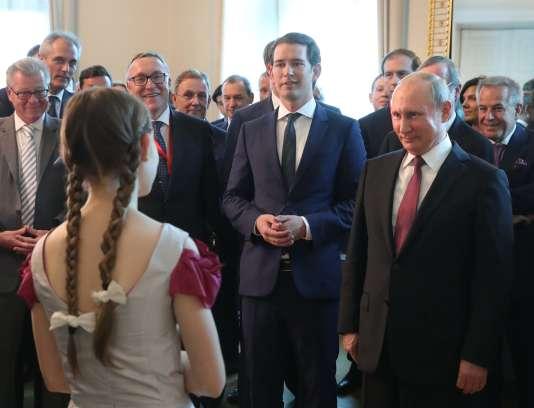 Le président russe Vladimir Poutine (à droite) et le chancelier autrichien, Sebastian Kurz (au centre) à Vienne, le 5 juin.