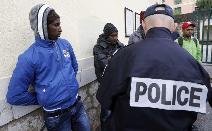 Des migrants arrêtés à la gare de Menton en 2014.