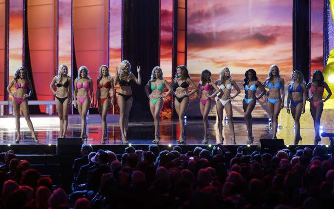 Les participantes à Miss America défilent le 13 septembre 2015 en maillot de bain, devant le public, à Atlantic City.