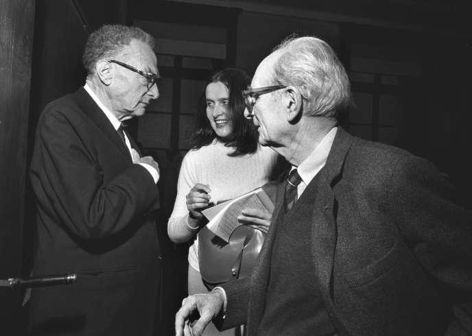Roman Jakobson et Claude Lévi-Strauss, avec l'historienne d'art Dora Vallier, au Collège de France, en 1972.