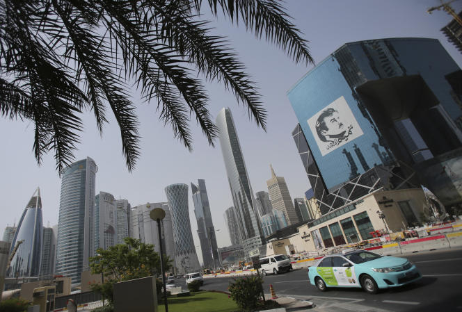 Une image de l'émir du Qatar sur un immeuble de Doha, en mai2018.