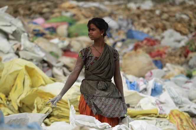 Une chiffonnière dans une zone industrielle à la périphérie de Jammu, dans le nord de l'Inde, le 5 juin.