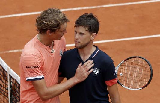 Dominic Thiem (en noir) est félicité par Alexander Zverev après sa victoire à Roland-Garros, le 5juin 2018.
