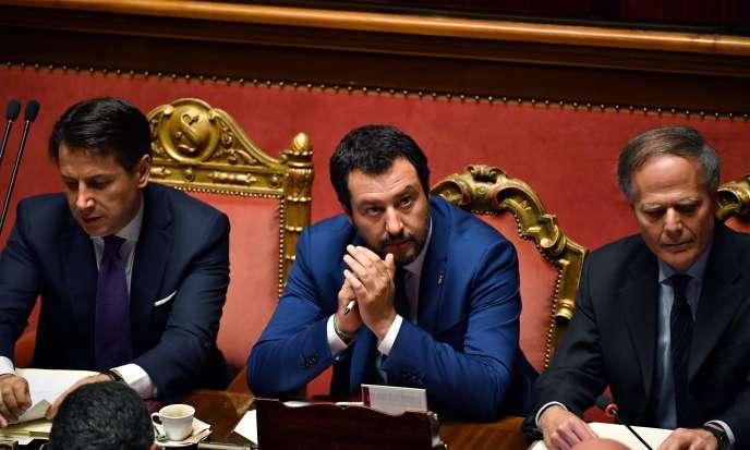 Le ministre de l'intérieur italien (au centre), Matteo Salvini, aux côtés du premier ministre Giuseppe Conte (à gauche), à Rome, le 5 juin.