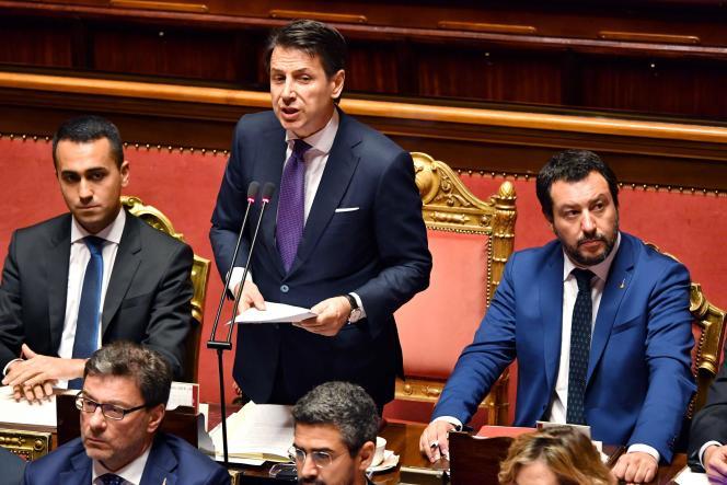 Le nouveau premier ministre italien, Giuseppe Conte, s'adresse aux sénateurs en compagnie des deux hommes forts du gouvernement et vices-premiers ministres, le ministre de l'intérieur, Matteo Salvini (Ligue, à droite), et le ministre de l'économie et du travail, Muigi Di Maio (M5S, à gauche), le 5 juin 2018.