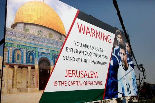 Dans la ville d'Hébron en Cisjordanie, un panneau dénonçant l'organisation du match amical de préparation au Mondial de football entre l'Argentine et Israël, prévu à Jérusalem avant qu'il soit annulé.