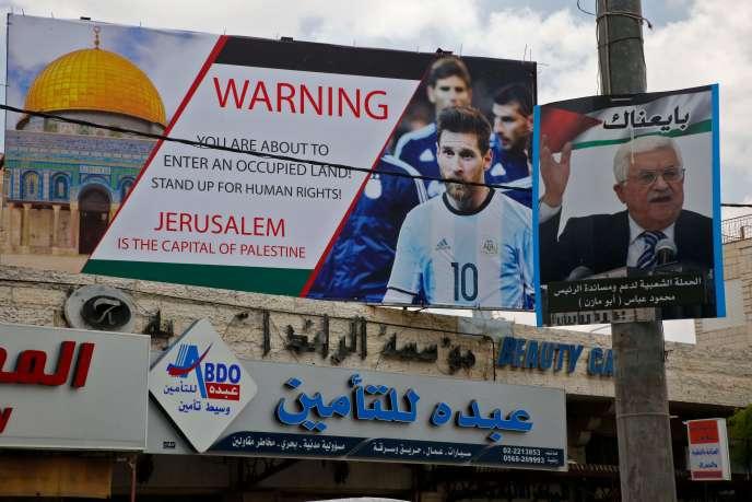 A Hébron (Cisjordanie), une affiche appelant Lionel Messi à boycotter le match Israël-Argentine prévu ce samedi à Jérusalem, a été installée à côté d'un portrait du président palestinien Mahmoud Abbas.