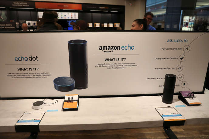 Echo Dot et Echo, en exposition dans un magasin Amazon, à New York, le 25 mai 2017.