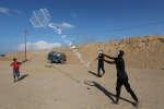 Pour protester contre l'occupation de la bande de Gaza, des Palestiniens envoient des cerf-volants en feu de l'autre côté de la frontière.