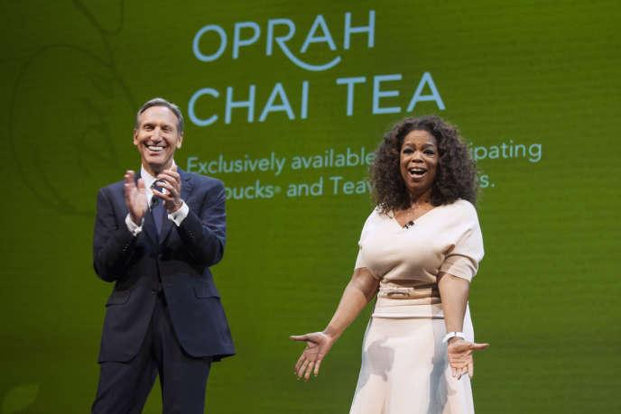 Howard Schultz, patron de Starbucks, avec la productrice et animatrice de télévision Oprah Winfrey, en 2014.