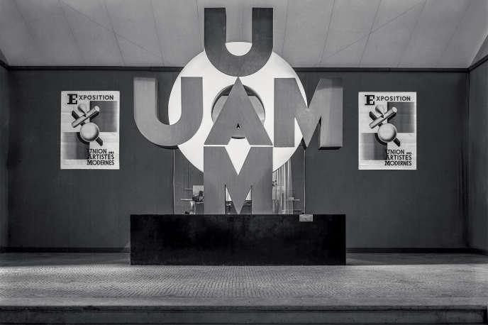 Entrée de la troisième exposition de l'UAM au pavillon de Marsan, une aile du Musée du Louvre, à Paris, en1932.