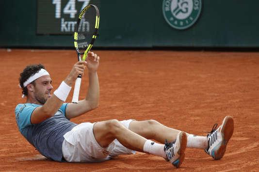 Marco Cecchinato célèbre sa victoire contre Novak Djokovic à Roland-Garros, 5 juin 2018