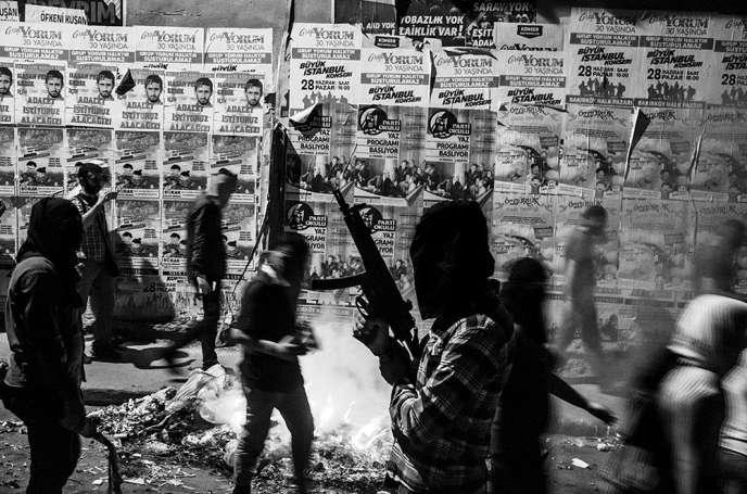 Manifestation d'une organisation politique de gauche, le 20 juillet 2015,dans le quartier de Gezi d'Istanbul, suite àattaque terroriste revendiquée par Daesh. L'auteur, le jeune photographe turc Cagdas Erdogan,sera exposé à l'occasion du festival.