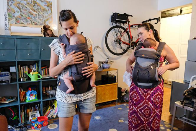 Nos testeuses en train d'évaluer les panneaux avec leur bébé de 3 mois dans le Beco 8 (à gauche), un porte-bébé lancé en 2017, très semblable au Gemini, et dans l'Ergobaby 360 Cool Air Mesh (à droite).