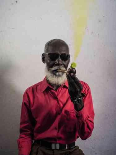 Aux Rencontres d'Arles, les photographes Cristina de Middel et Bruno Morais, respectivement espagnole et brésilien, présentent en binôme l'exposition « Minuit à la croisée des chemins ». Une plongée sur les traces d'Exù, une force spirituelle ouest-africaine, qui fait l'intermédiaire entre les dieux et les hommes, et que la traite de l'esclavage a amené jusqu'à Cuba, au Brésil ou, comme ici, en Haïti. Dans ce cliché, signé Cristina de Middel, où un homme fume la pipe et incarne Exù, se déploie, selon Sam Stourdzé, directeur du festival, la force de ce travail, «entre documentaire et onirisme».Cristina de Middel et Bruno Morais, «Minuit à la croisée des chemins», à Croisière, du 2juillet au 23septembre. www.rencontres-arles.com