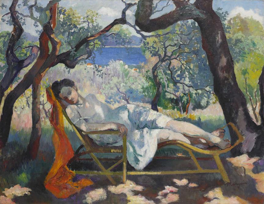 """«Dans la salle VII du Salon d'automne de 1905, où sont réunis les artistes baptisés """"fauves"""" par le critique Louis Vauxcelles, Manguin présente cinq toiles dont """"La Sieste"""" ou """"Le Rocking chair, Jeanne"""". Le rouge du tissu, le bleu profond de la mer, le vert des feuillages et le violet des ombres sont captés ici par le jeu mouvant de la lumière.»"""