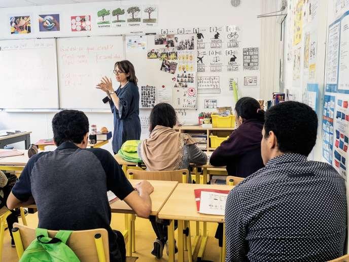 Une des quatre classes de l'école d'Ivry, installée à l'intérieur du Centre d'hébergement d'urgence de la ville.