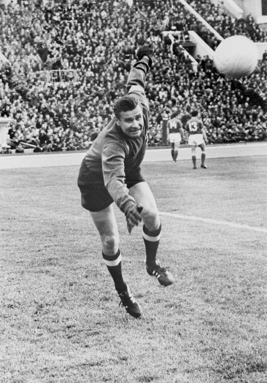 Lev Yachine, surnommé «l'araignée noire», avant le début d'un match de l'équipe nationale russe de football le 1er juin 1971 à Moscou.