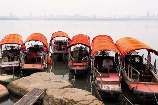 Les petits bateaux à auvent coloré sur le lac de l'Est.