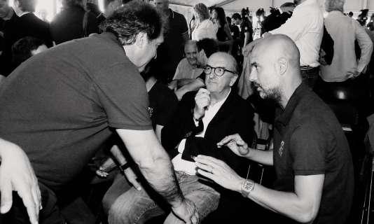 Jaume Roures, le PDG de Mediapro avec Joan Laporta (ex-président du FC Barcelone) et Pep Guardiola (entraîneur de Manchester City), le 30 mai à la Fondation Cruyff.