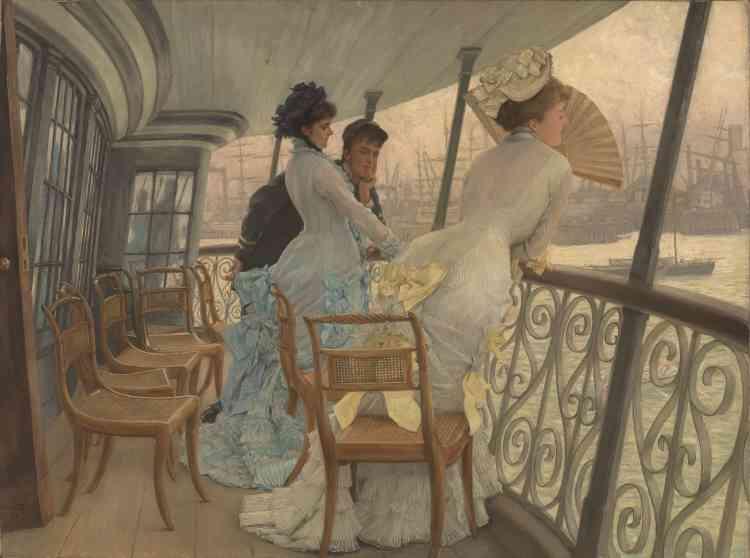 """«Le pont du """"Calcutta"""" sert de cadre à un jeu de séduction ambigu qui réunit deux jeunes femmes élégantes et un homme d'équipage. James Tissot habille ses modèles de tenues à la mode, aux harmonies délicates. Après son exposition à la Grosvenor Gallery, la composition était reproduite sous forme de gravure à l'eau-forte pour une clientèle avertie.»"""
