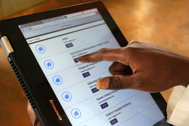 Un cancérologue utilise l'application CerviScan sur sa tablette. Elle lui permet de consulter les images transmises par le microscope numérique.