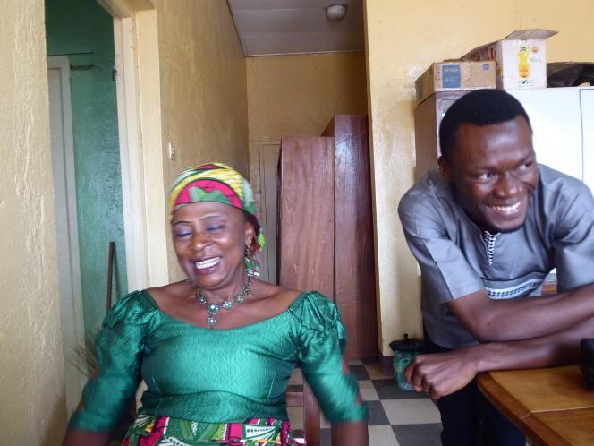 Conrad Tankou (à droite) sensibilise une patiente dans les locaux de sa start-up,CerviScan à Bamenda.