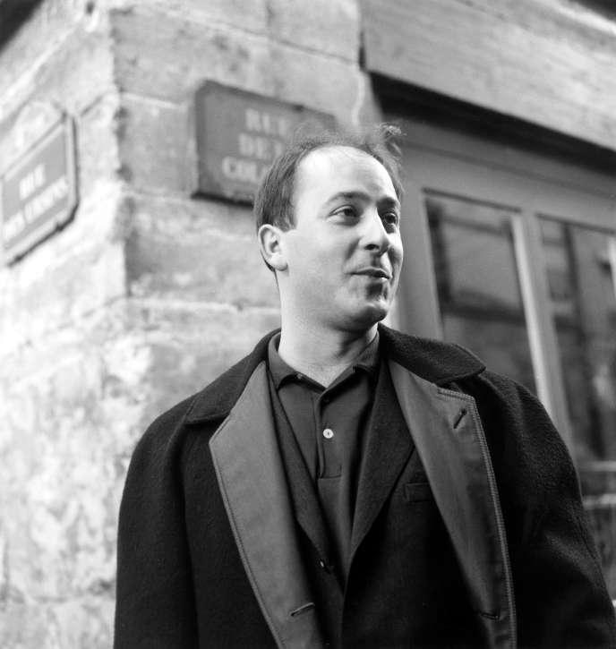 Marc Ogeret, rue de la Colombe à Paris, venant de recevoir le prix de l'Académie Charles-Cros de la chanson francaise, le 29 mars 1963.