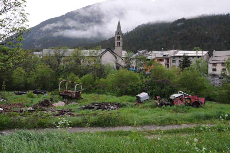 La Vachette (Hautes Alpes), le 27 mai. C'est dans ce village que Blessing Matthew, exilée Nigériane agée de 21 ans, a été vue vivante pour la dernière fois la nuit du 7 au 8 mai. Apeurée, la jeune femme serait tombée dans la Durance lors d'une course poursuite avec la police. Son corps a été retrouvé le 9 mai par des agents de maintenance ERDF au niveau du barrage de Prelle.
