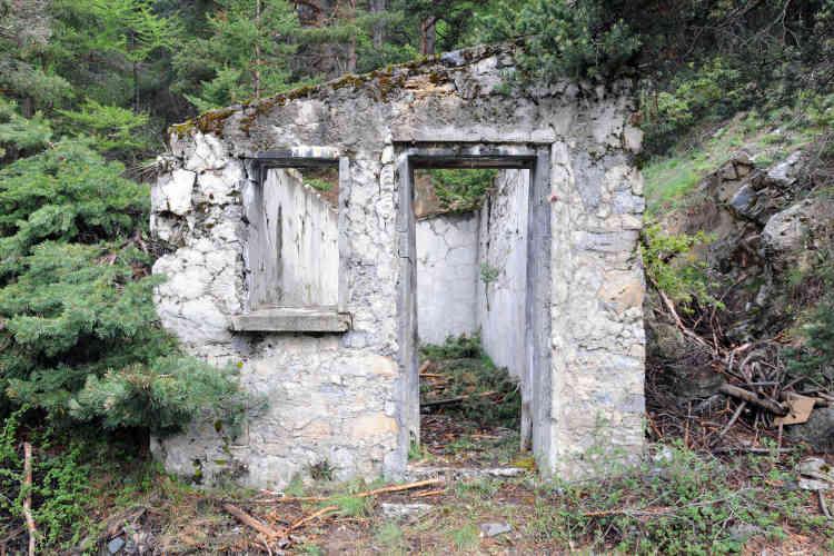 Nevache, le 28 mai. Un abri entres autres utilisé par les exilés lors de leur ascension du Col de l'Échelle. Cet abri a été endommagé lors du passsage du groupe des identitaires, des vêtements et objets qui étaient stockés là à l'attention des personnes en détresse, ont également disparu.