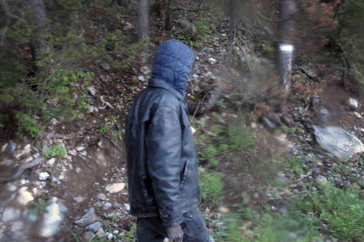 Avec Ousman, jeune homme originaire du Soudan, lors de sa traversée dans les montagnes entre les villes de Clavière (Italie) et Briançon (France).