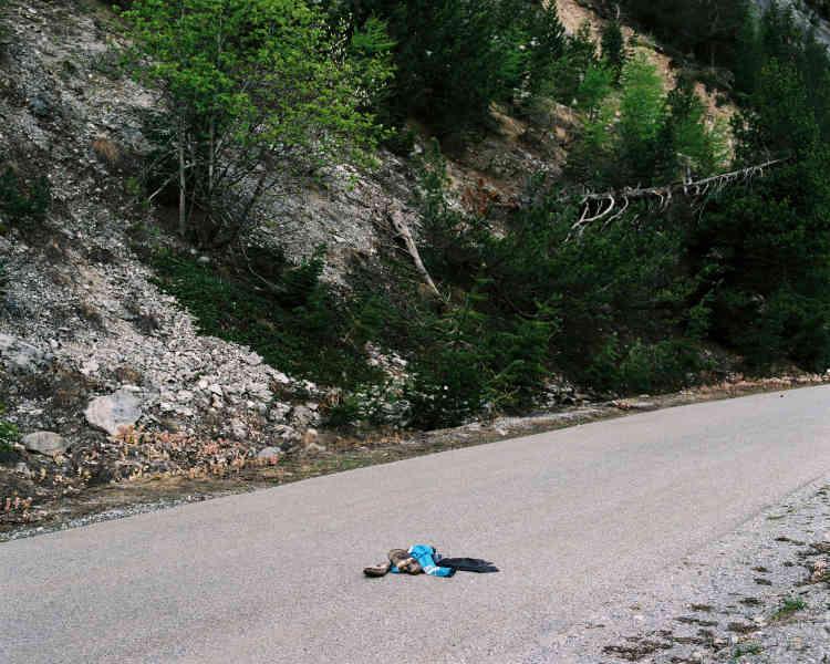 Sur le Col de l'Échelle, des affaires sont abandonées, perdues et jalonnent la route des exilés qui mène à Briançon depuis l'Italie. Certaines affaires datent de l'hiver 2017 et apparaissent avec la fonte des neiges, d'autres sont plus récentes.