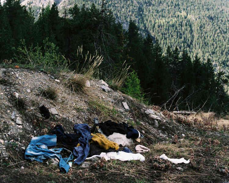 Sur le Col de l'Échelle, des affaires sont abandonnées, perdues et jalonnent la route des exilés qui mène à Briançon depuis l'Italie. Certaines affaires datent de l'hiver 2017 et apparaissent avec la fonte des neiges, d'autres sont plus récentes.