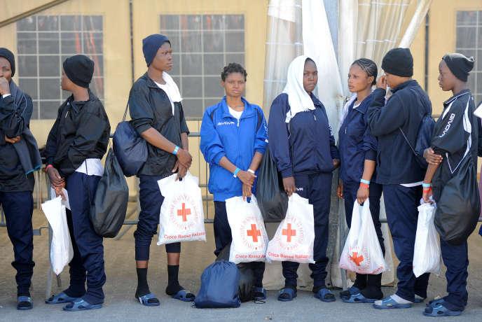 Migrants secourus en Méditerranée après leur arrivée dans le port de Catane (Sicile), le 27 mai.