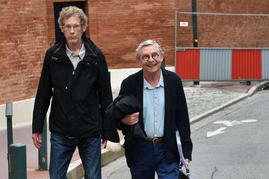 Gilles Bertin (à gauche) accompagné de son avocatChristian Etelin (à droite) à Toulouse, le 6juin 2018.