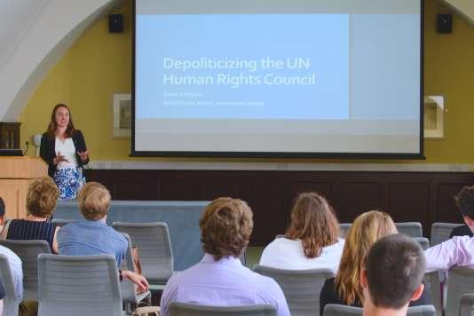 Samedi 2 juin 2018, au collègeHomerton de l'université de Cambridge, Sarah Streyder – étudiante originaire de San Francisco – présenteson plan de réforme du Conseil des droits de l'homme des Nations unies, lors du Graduate Research Day.