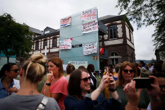 Manifestation du personnel médical de l'hôpital psychiatrique devant le Centre hospitalier deSotteville-lès-Rouen (Seine-Maritime),le 29mai.