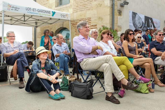 Le Festival international de journalisme de 2017. Devant la Maison des Gens de Garonne, le public assiste à la rencontre avec Plantu, le dessinateur du journal « Le Monde », et Urbs, dessinateur au quotidien régional « Sud Ouest ».