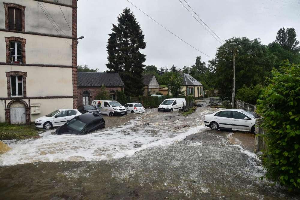 Une voiture piégée par les eaux, mardi 5 juin à Breteuil (Eure). A proximité,un homme est mort lundi matin à cause de l'inondation. Selon les premiers éléments de l'enquête, l'homme aurait perdu le contrôle de son véhicule.