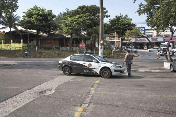 A Seropedica, un patrouilleur de la police civile dans sa voiture hors d'âge. Partout où les services publics pechent (transport, sécurité) s'infiltre ce pouvoir parallèle, séduisant des policiers mal payés et autres officiers ripoux.