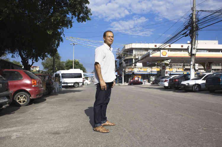 José Claudio Souza Alves, professeur de sociologie à l'Université Fédérale Rurale de Rio de Janeiro, dans les rues de Seropedica.« L'histoire des milices de Rio, c'est l'histoire d'un Etat brésilien défaillant» dit -il.